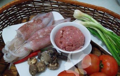 Nguyên liệu cho món mực nhồi thịt xốt cà chua