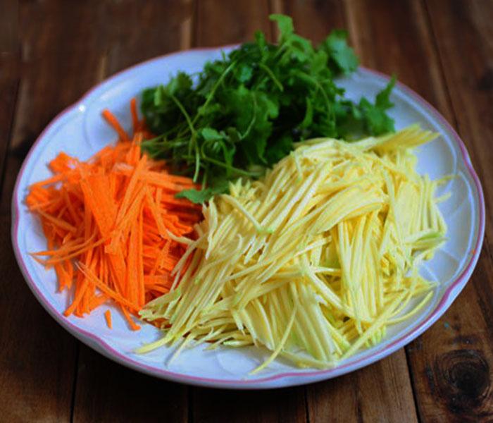 Tiến hành nạo sợi xoài và cà rốt