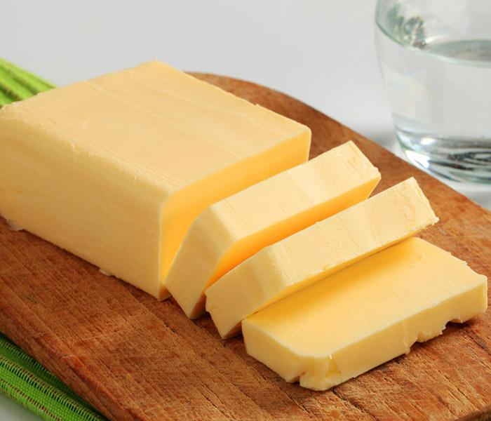 Bơ sẽ giúp món khô mực chiên nước mắm béo ngậy, ngọt thơm