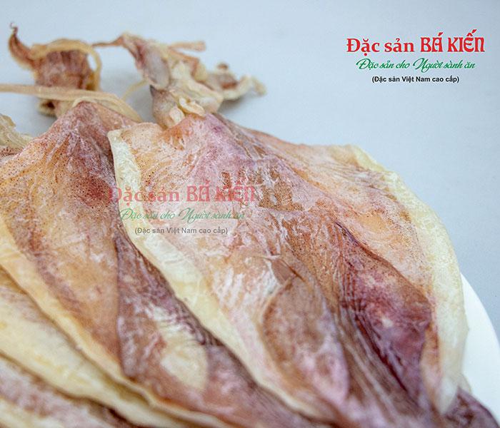 Mực thân thằng, dày thịt, có lớp phấn trắng phủ ngoài thân mực