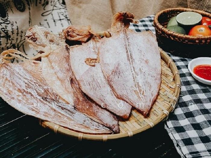 Mực khô Cát Bà là món ăn nổi tiếng được nhiều du khách lựa chọn khi đến đây