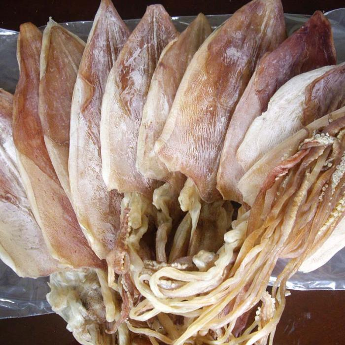 Mực khô câu có thân dày, màu hồng tươi, râu mực nguyên vẹn