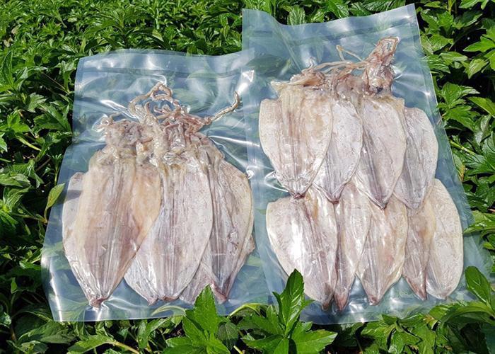 Mực khô nên bọc trong túi ni lông để bảo quản tốt nhất
